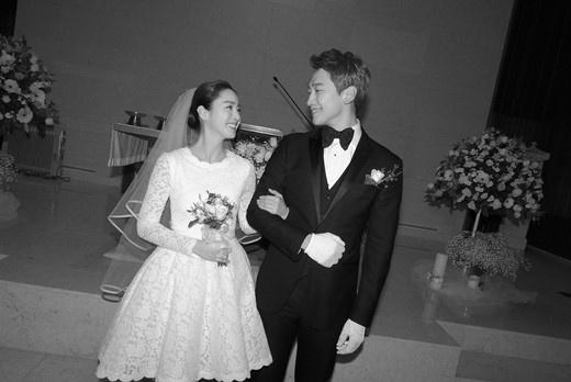 Kim Tae Hee mac vay gia re, Bi Rain dien vest cu o le cuoi hinh anh 2