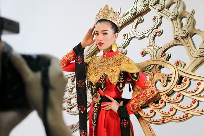 Hoa hau Thai Lan mac quoc phuc dinh 300.000 vien kim cuong hinh anh 6