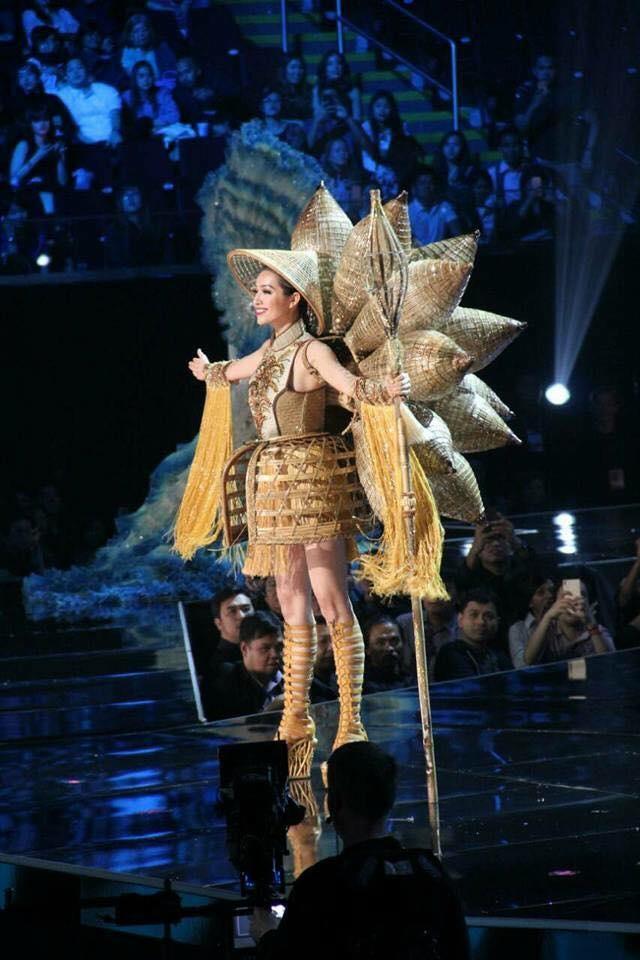 Ban ket Miss Universe: Le Hang noi bat voi quoc phuc la hinh anh 2