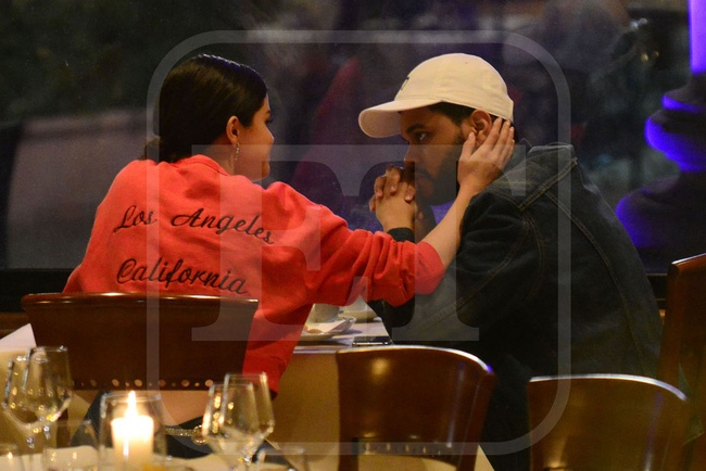 Selena Gomez lai hon The Weeknd giua noi dong nguo anh 1