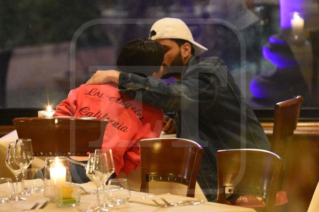 Selena Gomez lai hon The Weeknd giua noi dong nguo anh 2