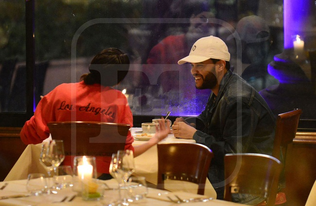 Selena Gomez lai hon The Weeknd giua noi dong nguo anh 3