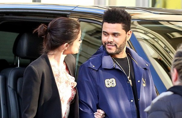 Selena Gomez lai hon The Weeknd giua noi dong nguo anh 7