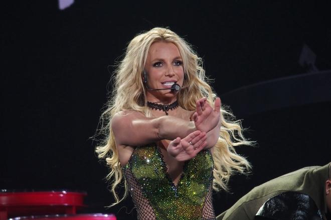Britney Spears ho henh khi bieu dien tren san khau hinh anh 2