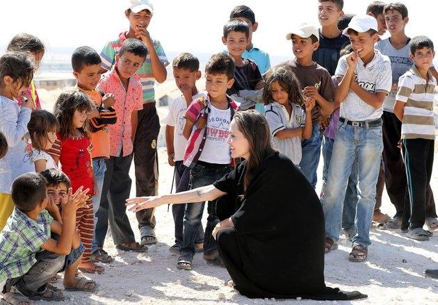Angelina Jolie cho rang Donald Trump dang 'dua voi lua' hinh anh 2