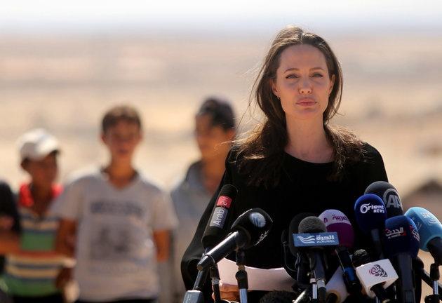 Angelina Jolie cho rang Donald Trump dang 'dua voi lua' hinh anh 1