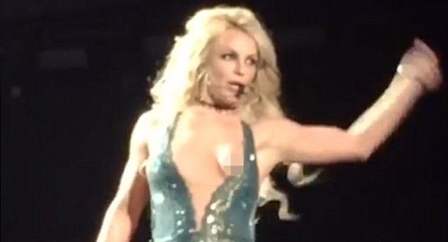 Britney Spears ho henh khi bieu dien tren san khau hinh anh