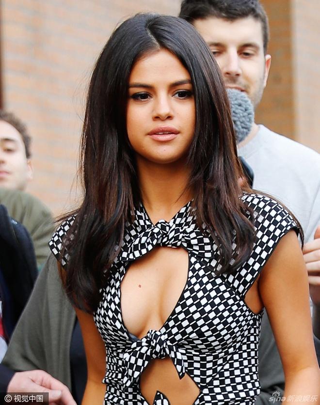 Selena Gomez goi cam voi vay cut-out tao bao hinh anh 5