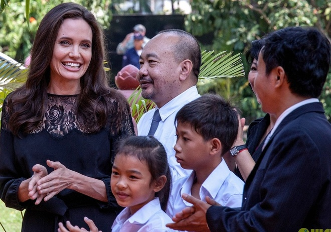 Angelina Jolie dua 6 nguoi con toi Campuchia anh 3
