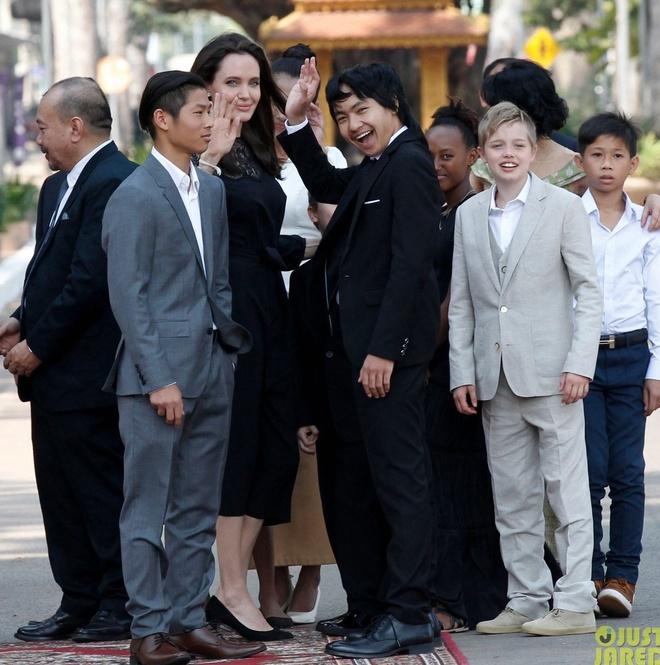 Angelina Jolie dua 6 nguoi con toi Campuchia anh 1