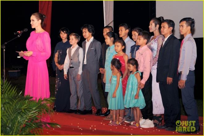 Angelina Jolie dua 6 nguoi con toi Campuchia anh 7