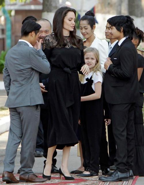 Angelina Jolie dua 6 nguoi con toi Campuchia anh 2