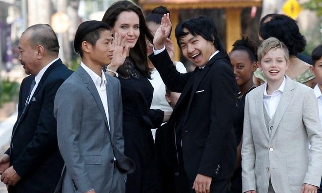Angelina Jolie va cac con xuat hien tren tham do o Campuchia hinh anh