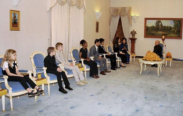 Angelina Jolie dua 6 nguoi con toi Campuchia anh 6