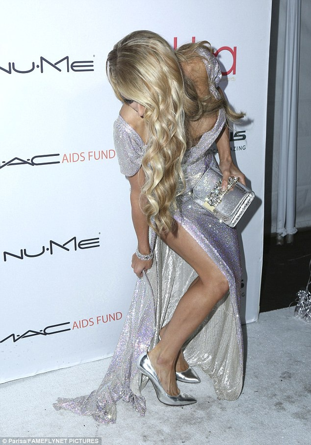 Paris Hilton lien tuc bi ho henh vi dien dam goi cam hinh anh 3