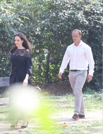 Angelina Jolie ngot ngao khi xuat hien ben nguoi tinh tin don hinh anh 2