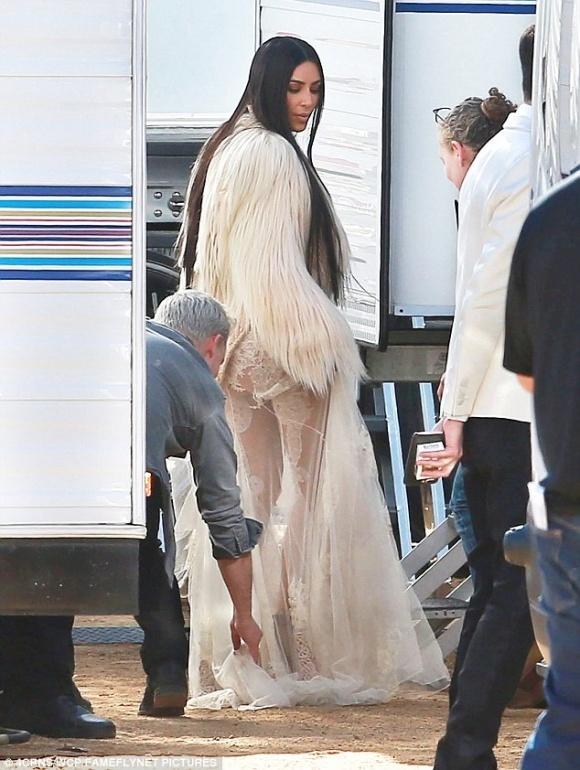 Kim Kardashian Tao Bao Voi Vay Xuyen Thau Hinh Anh 3