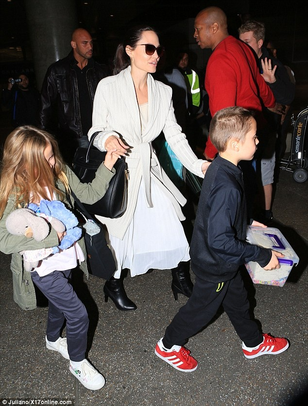 Sau chuyen cong du, Angelina Jolie cung 6 con tro ve nha hinh anh 4
