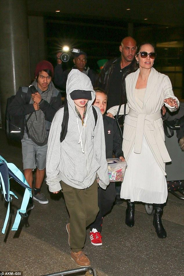 Sau chuyen cong du, Angelina Jolie cung 6 con tro ve nha hinh anh 5