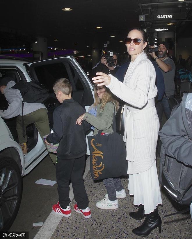 Sau chuyen cong du, Angelina Jolie cung 6 con tro ve nha hinh anh 7