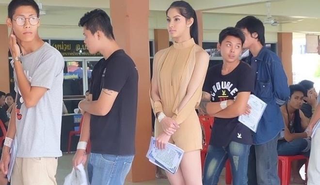 Hoa hau chuyen gioi Thai Lan noi bat khi di kham nghia vu quan su hinh anh