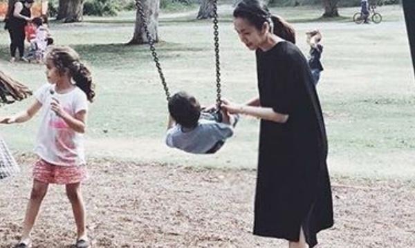 Tang Thanh Ha dua con trai di choi cong vien hinh anh