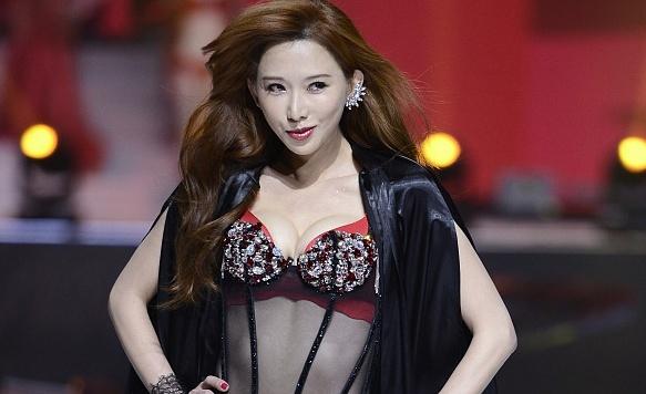 Lam Chi Linh dien noi y tao bao truoc ong kinh o tuoi 43 hinh anh