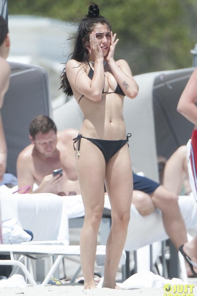 Con gai Madonna dien bikini anh 4