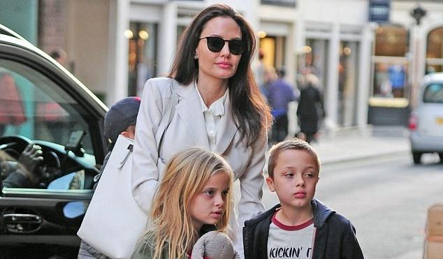 Angelina Jolie bi don lo la khien con gai 8 tuoi bi bao mau danh dap hinh anh