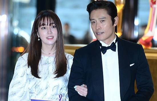 Vo chong Lee Byung Hun ngot ngao hon sau be boi ngoai tinh hinh anh
