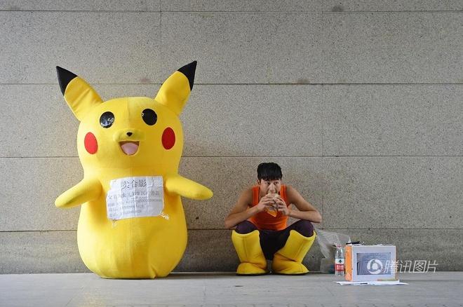 Mau nam 9X gia Pikachu o ga tau kiem tien chua benh cho con hinh anh 3