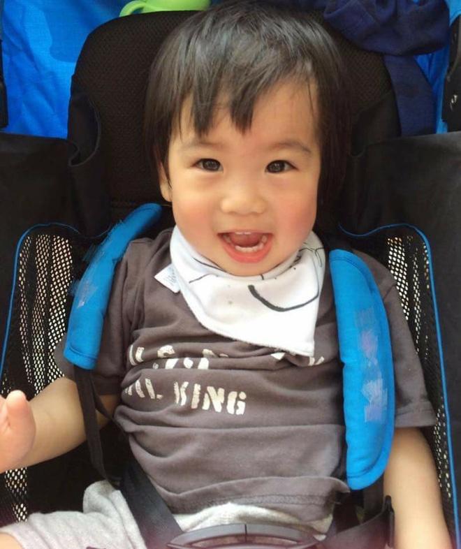 Cap sinh doi hon mot tuoi nha Lam Chi Dinh hut fan vi dang yeu hinh anh 3