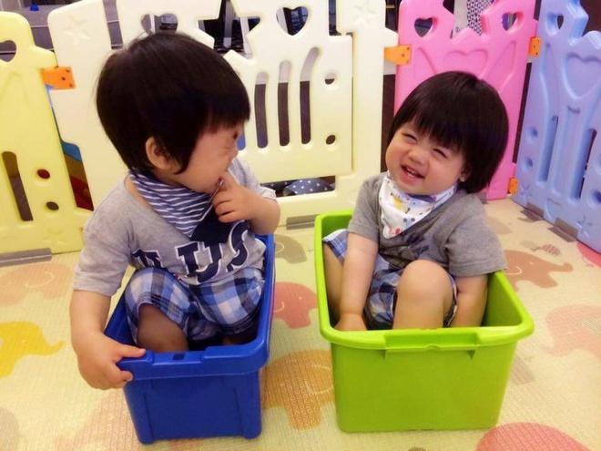 Cap sinh doi hon mot tuoi nha Lam Chi Dinh hut fan vi dang yeu hinh anh 8