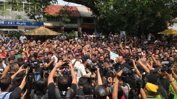 10.000 nguoi Malaysia xep hang duoi duong ho reo don Chan Tu Dan hinh anh 2