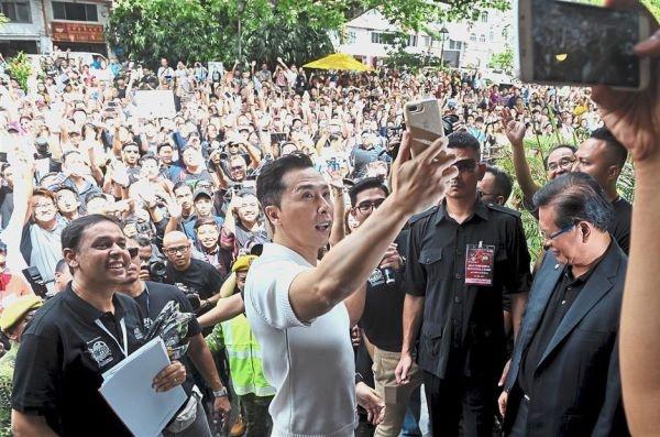 10.000 nguoi Malaysia xep hang duoi duong ho reo don Chan Tu Dan hinh anh 4