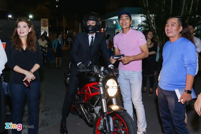 Sau tai nan, Johnny Tri Nguyen lai xe phan khoi lon di ra mat phim hinh anh 2