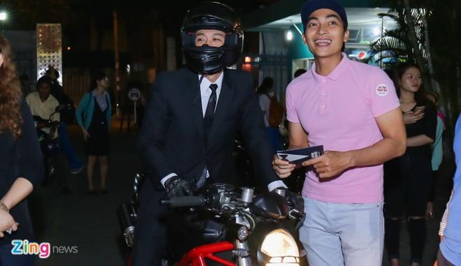 Sau tai nan, Johnny Tri Nguyen lai xe phan khoi lon di ra mat phim hinh anh