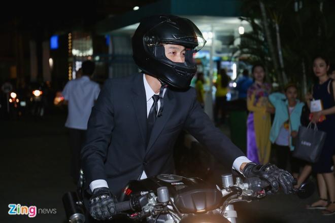 Sau tai nan, Johnny Tri Nguyen lai xe phan khoi lon di ra mat phim hinh anh 1