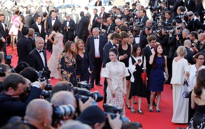 Sau tranh cai, Ly Nha Ky xuat hien tren tham do Cannes hinh anh 5