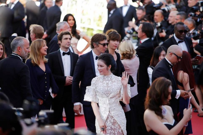 Sau tranh cai, Ly Nha Ky xuat hien tren tham do Cannes hinh anh 3