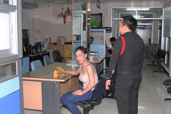Minh tinh Thai Lan gao khoc, lam loan tai so canh sat hinh anh 1