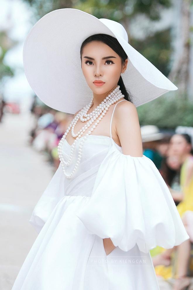 Angela Phuong Trinh va ban trai ra Phu Quoc xem show thoi trang hinh anh 7