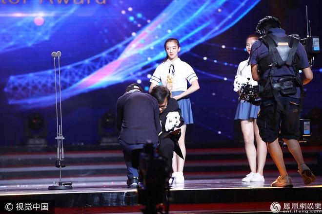 Thanh Long vui suong trao giai cho Phung Tieu Cuong hinh anh 3