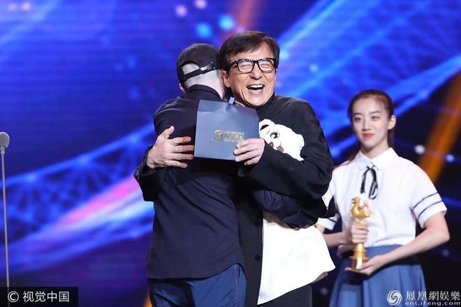 Thanh Long vui suong trao giai cho Phung Tieu Cuong hinh anh 2