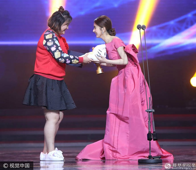 Thanh Long vui suong trao giai cho Phung Tieu Cuong hinh anh 5