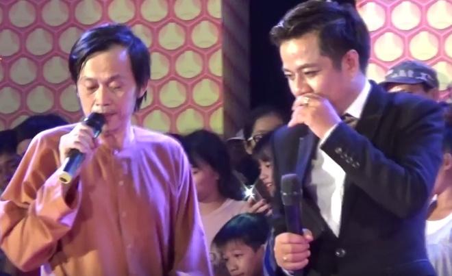 Nghe si Hoai Linh bi khan gia nem da khi dien o Quang Ngai hinh anh 2