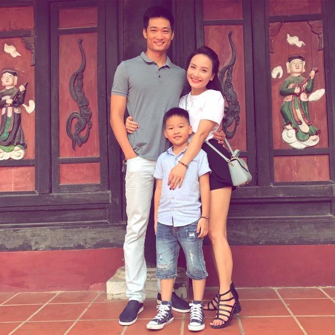 Bao Thanh dang anh du lich ben chong con sau on ao voi Viet Anh hinh anh 1