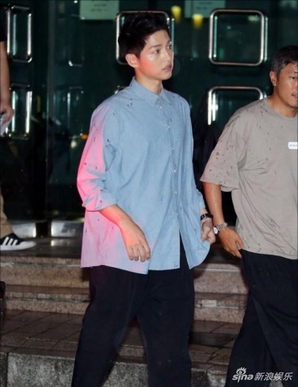 Song Joong Ki doi mua xuat hien sau tin sap cuoi Song Hye Kyo hinh anh 2