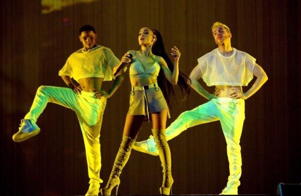 Ariana Grande dien o Hong Kong: Canh sat, cho nghiep vu duoc huy dong hinh anh 3