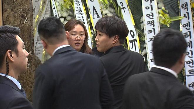 Ban gai khoc nuc no khi nhieu nghe si den vieng Kim Joo Hyuk hinh anh 2
